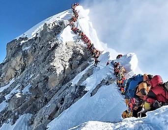 Kletterer drängen sich am Gipfel des Mount Everests