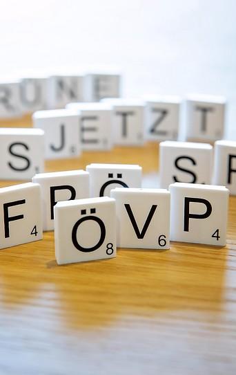 Scrabble-Steine formen Parteikürzel