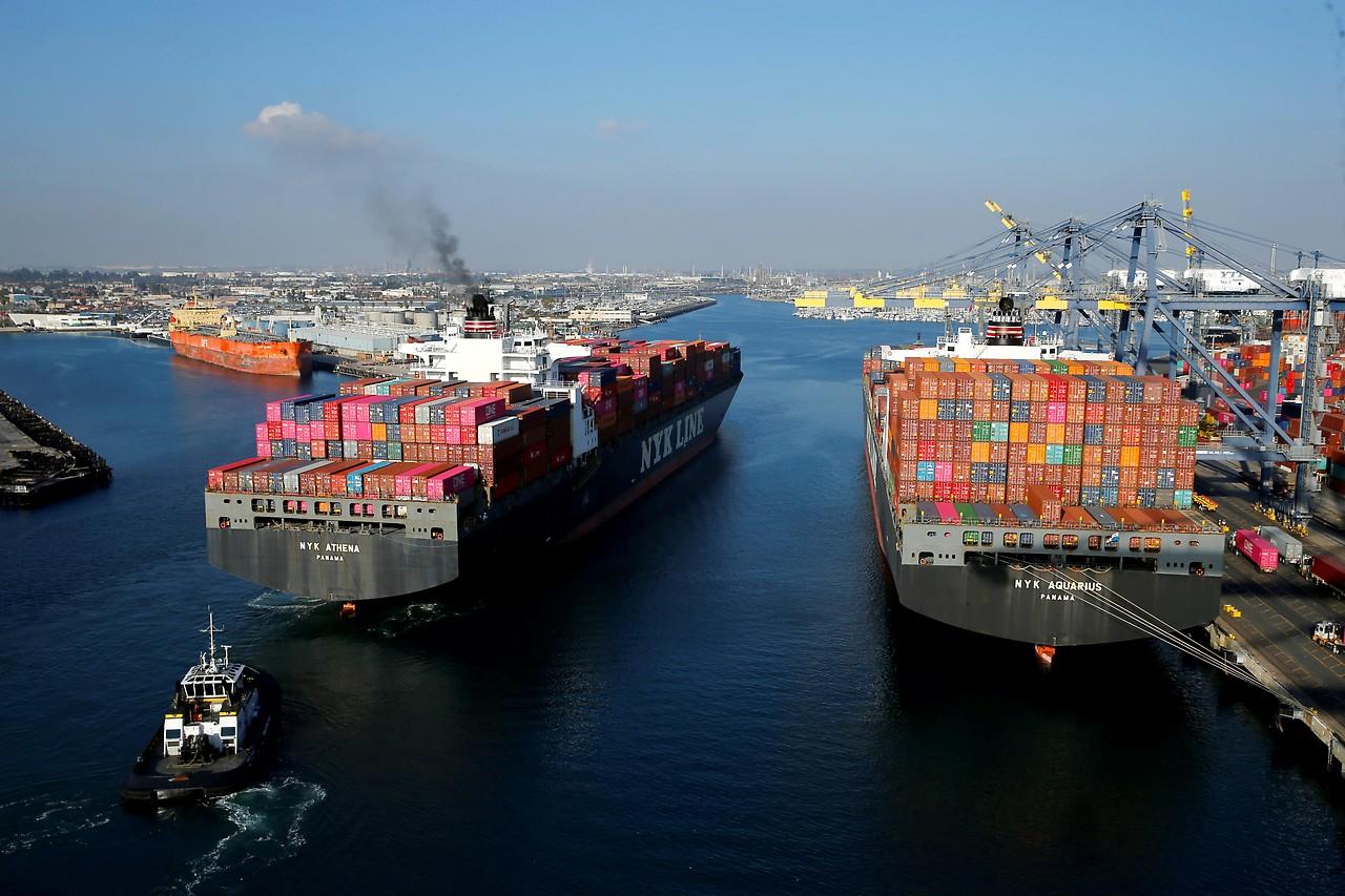 Containerschiff im Hafen von Los Angeles