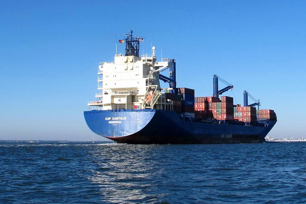 Containerschiff auf dem Weg zum Hafen von Los Angeles