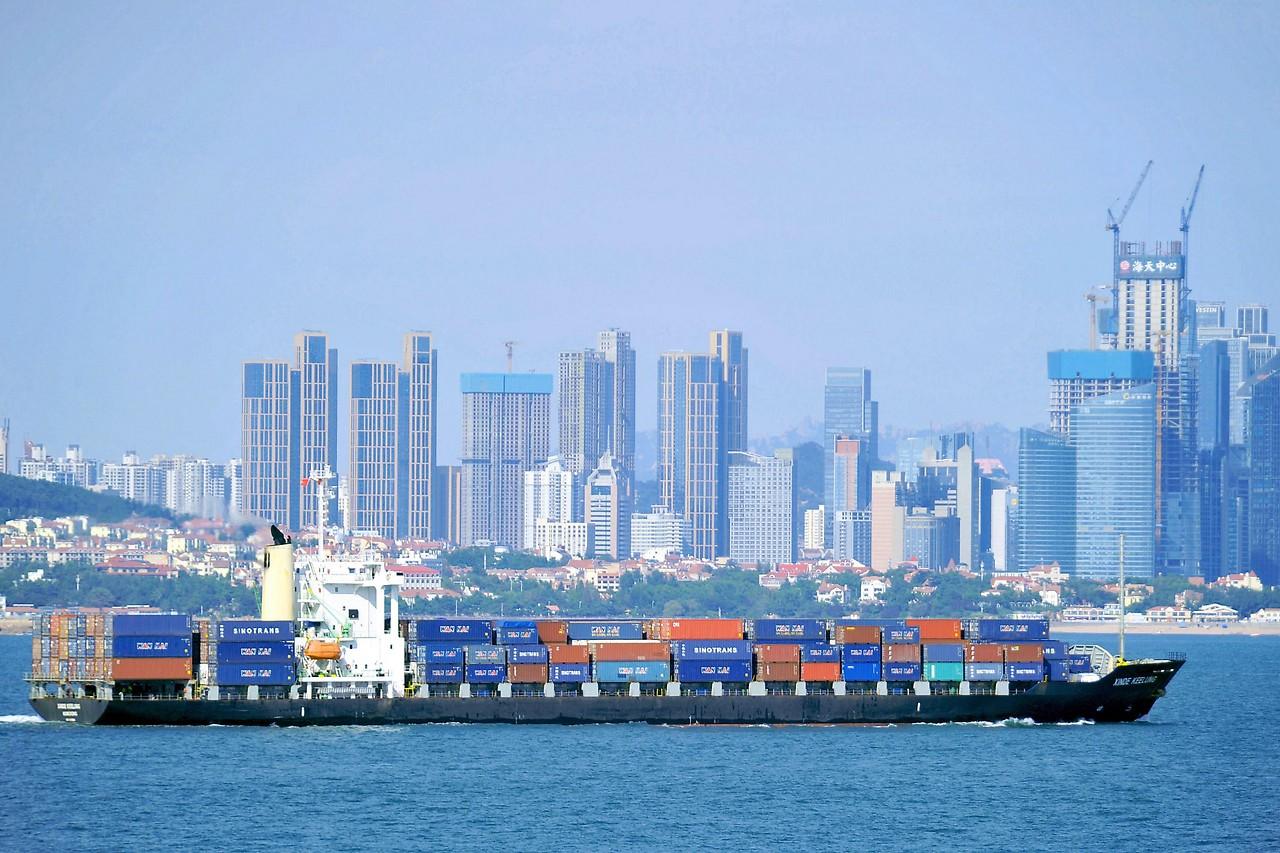 Containerschiff vor Qingdao (China)