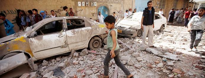 Zerstörte wohnstraße nach Luftangriff in Sanaa