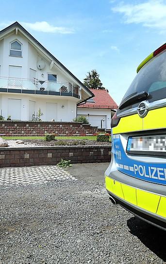 Polizeiwagen vor Walter Lüvckes Haus
