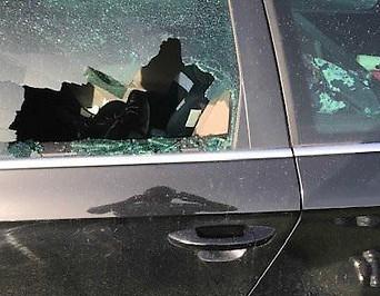 Einschussloch im Auto nach Schuss