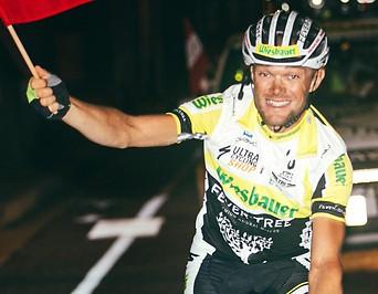 Christoph Strasser jubelt während der Zielüberquerung beim Race Across America (RAAM)