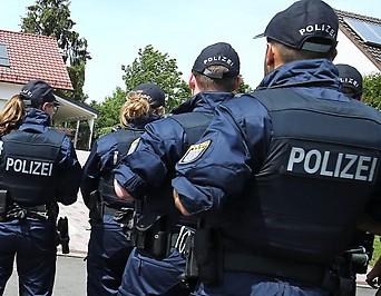 Polizisten vor dem haus von Walter Luebcke