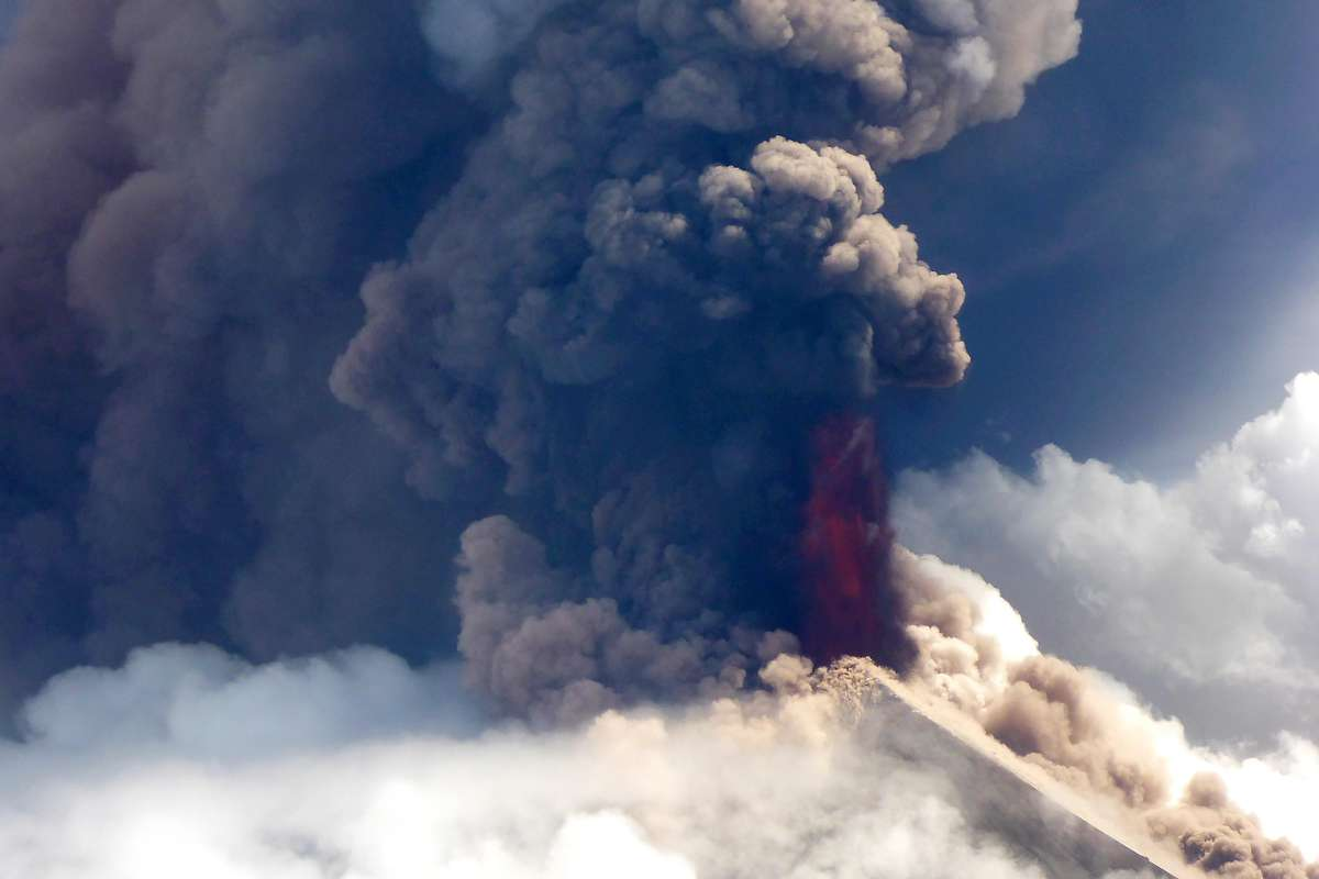 Vulkan Ulawun in Papua-Neuguinea stößt Aschewolke aus