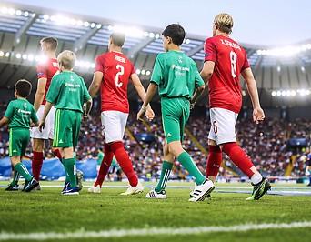 U21-Spieler laufen aufs Feld