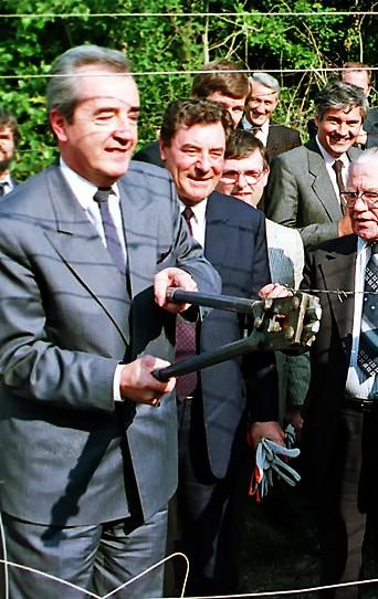 """Der ehemalige Außenminister Alois Mock und Gyula Horn (ungarischer Außenminister) beim Durchschneiden des """"Eisernen Vorhanges"""""""