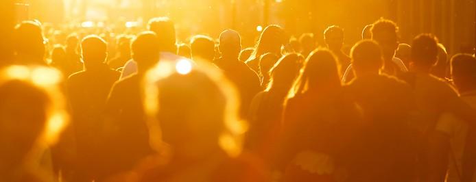 Menschenmenge im Gegenlicht