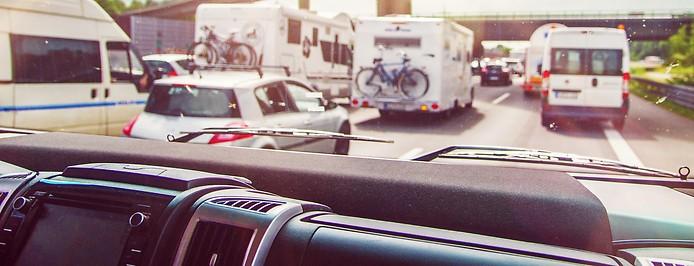 Wohnmobile und Autos auf Autobahn