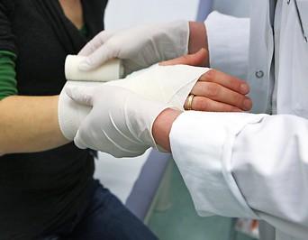 Eine Frau wird verarztet