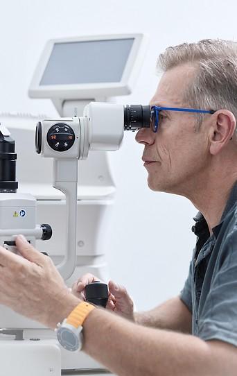 Eine Patientin beim Augenarzt  in Österreich