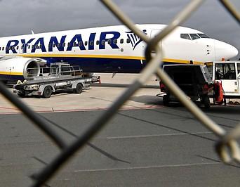 Ein Flugzeug der Ryanair hinter einem Zaun