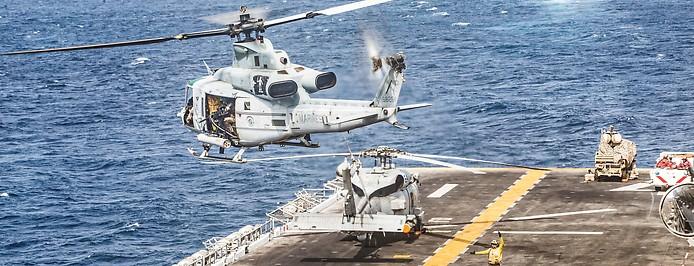 US-Helikopter hebt von einem Flugzeugträger in der Straße von Hormus ab