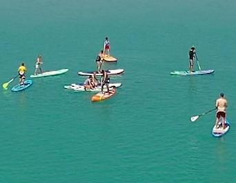 Der Faaker See mit einer Drohne aus der Luft aufgenommen. Auch einige Stand-Up Paddler sind am Bild
