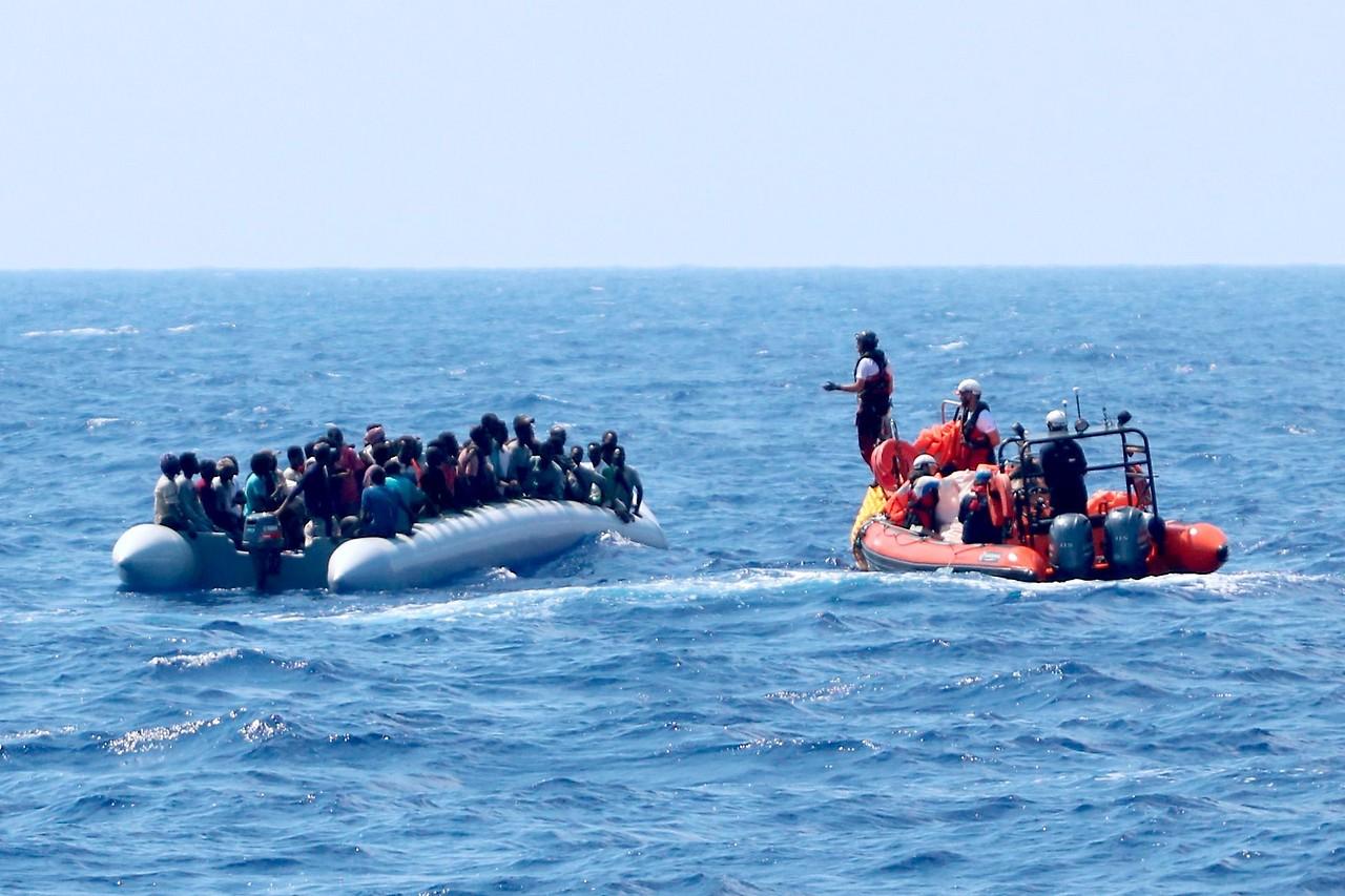 """Team des Rettungsschiffes """"Ocean Viking"""" beim Bergen von Flüchtlingen auf einem Schlauchboot"""