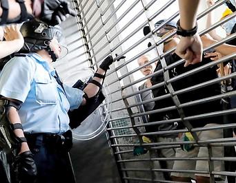 Demonstranten am Eingang der Kwun Tong MTR Station in Hongkong