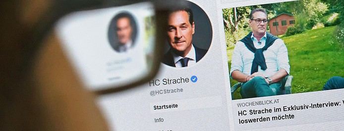 Person betrachtet die Facebook-Site von Heinz-Christian Strache
