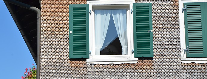 Ausschnitt von Haus mit Vorarlberger Schindelfassade