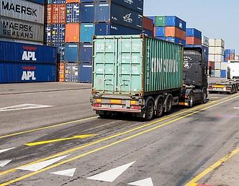 Frachtcontainer im Hafen Wien