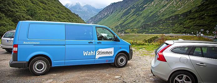 ORF.at-Wahlstimmen-Bus vor dem Arlberg
