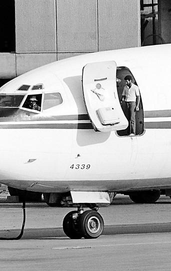 Zwei Entführer an Bord einer amerikanischen TWA-Boeing am Flughafen Beirut