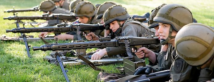 Soldaten bei einer Vorführung im Rahmen eines Pressetermines