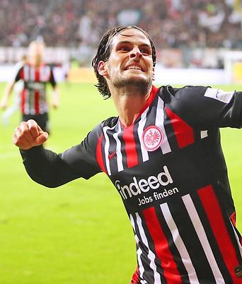 Goncalo Paciencia (Frankfurt) feiert sein Tor zum 2:0 gegen Leverkusen