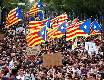 Zehntausende Menschen während eines Generalstreiks in Barcelona