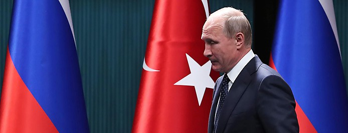 Russlands Präsident Wladimir Putin vor türkischen und russischen Fahnen