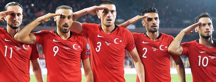 Türkische Spieler beim Salutieren