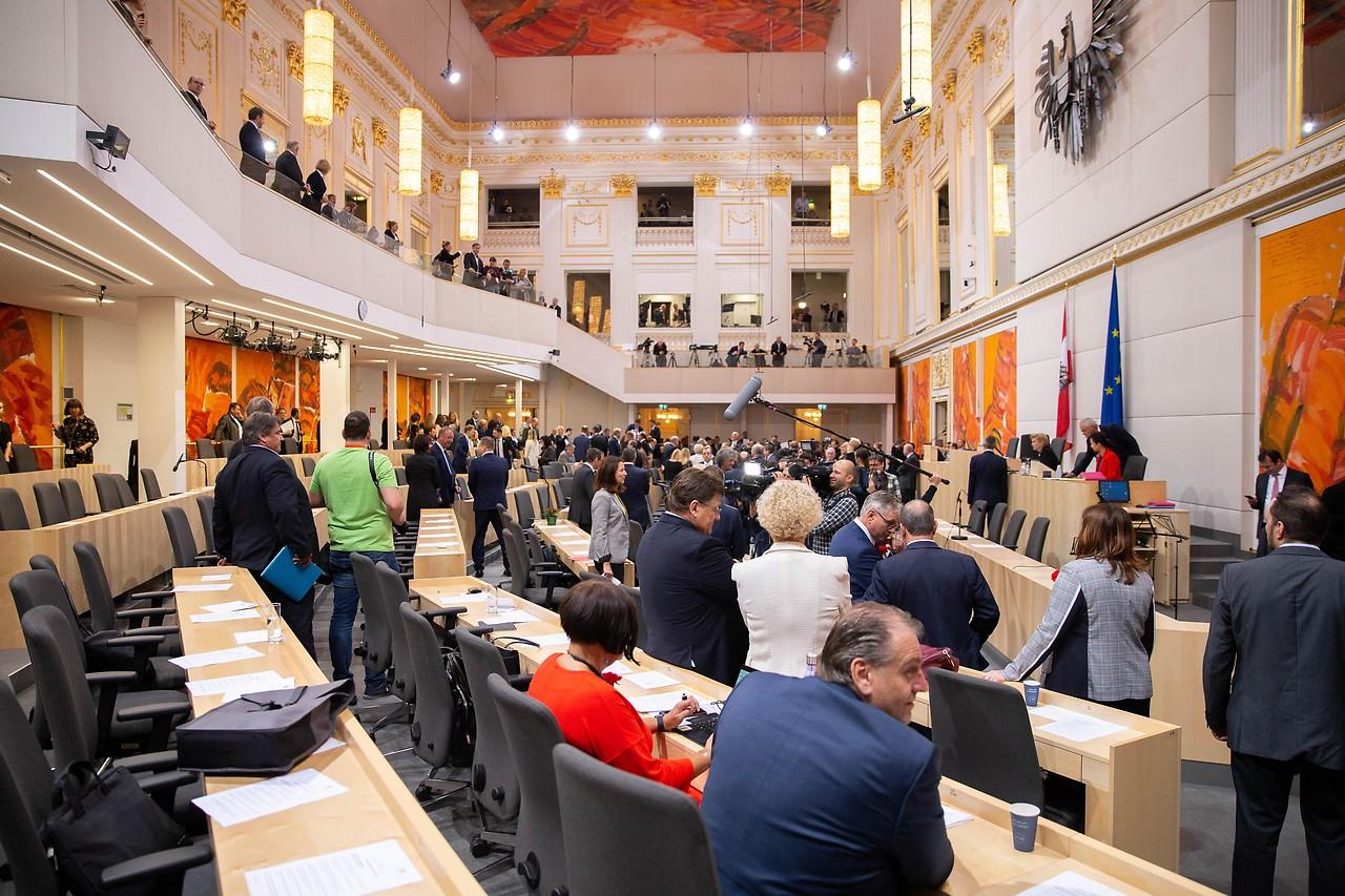 Überblicksaufnahme des Plenarsaals