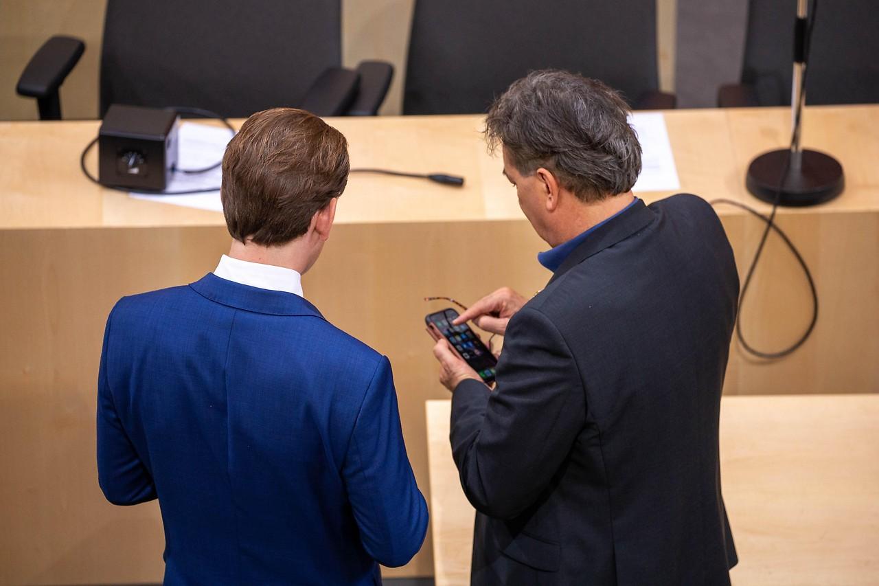 Sebastian Kurz (ÖVP) und Werner Kogler (Grüne) beraten miteinander