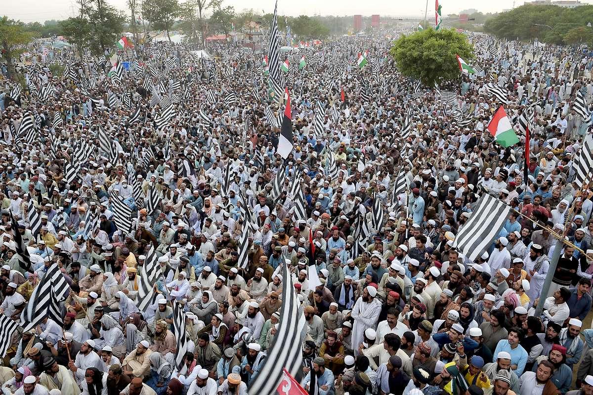 Massendemos in Pakistan: Regierung bietet Gespräche an