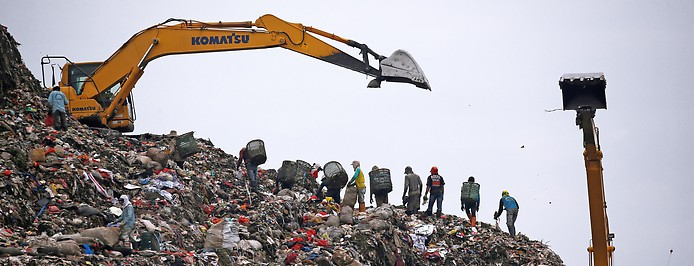 Kräne und Berge an Plastikmüll