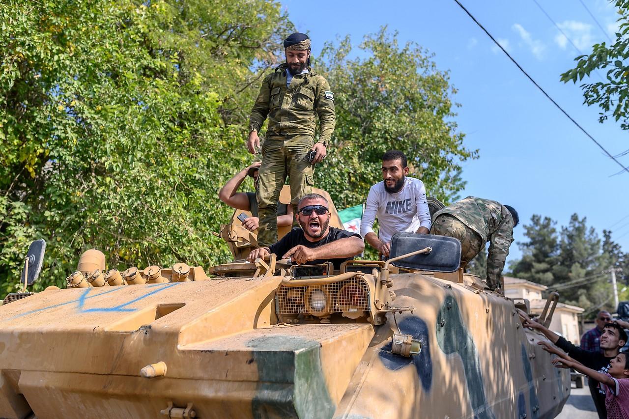 Kämpfer der Syrischen National Armee (SNA) auf einem Tanklaster