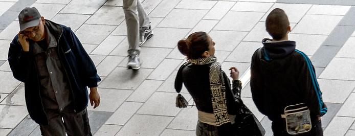 Menschen auf einem Bahnhofsgelände