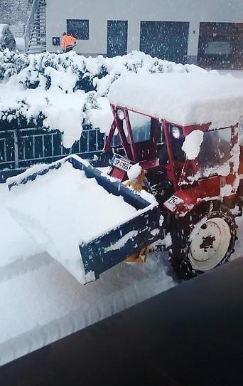 Schneeräumungsfahrzeug in tiefem Schnee in Rangersdorf