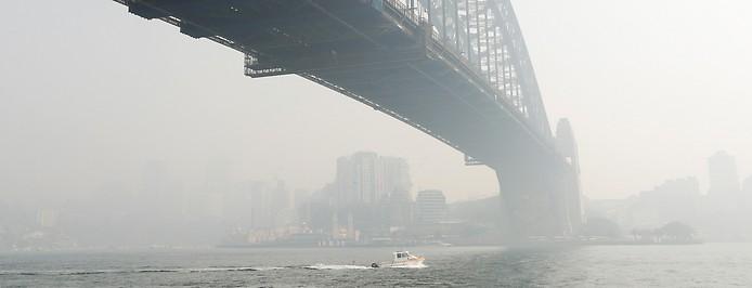 Rauchwolke über der Sydney Harbour Bridge