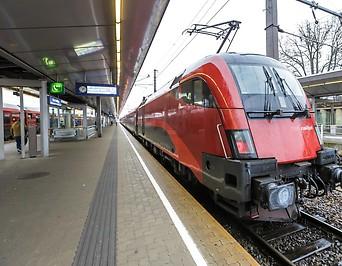 Zug im Bahnhof Meidling