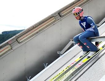 Stefan Kraft sitzt und wartet auf der Sprungschanze
