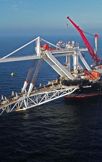 Von einem Schiff aus wird die Gas-Pipeline ins Meer verlegt