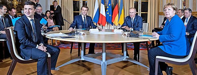 Der ukrainische Staatschef Wolodymyr Selenski, Frankreichs Präsident Emmanuel Macron, die deutsche Kanzlerin Angela Merkel und der russische Präsident Wladimir Putin