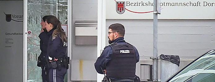 Einsatzkräfte am Tatort vor der Bezirkshauptmannschaft Dornbirn nach der tödlichen Messerattacke auf einen Beamten