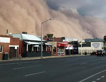 Sandsturm zieht über Häuser hinweg