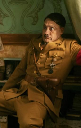 "Thomasin McKenzie, Roman Griffin Davis und Taika Waititi im Film ""Jojo Rabbit""."