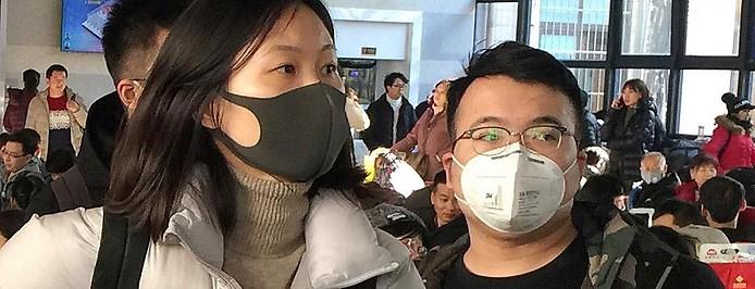 Menschen in China tragen Schutzmasken vor dem Mund