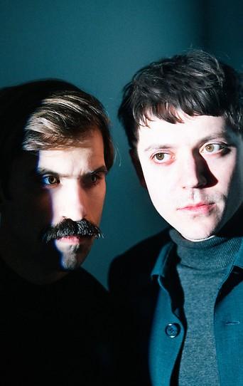 Die Bandmitglieder von Oehl, der isländische Multiinstrumentalist Hjörtur Hjörleifsson und der Wiener Liedermacher Ari Oehl
