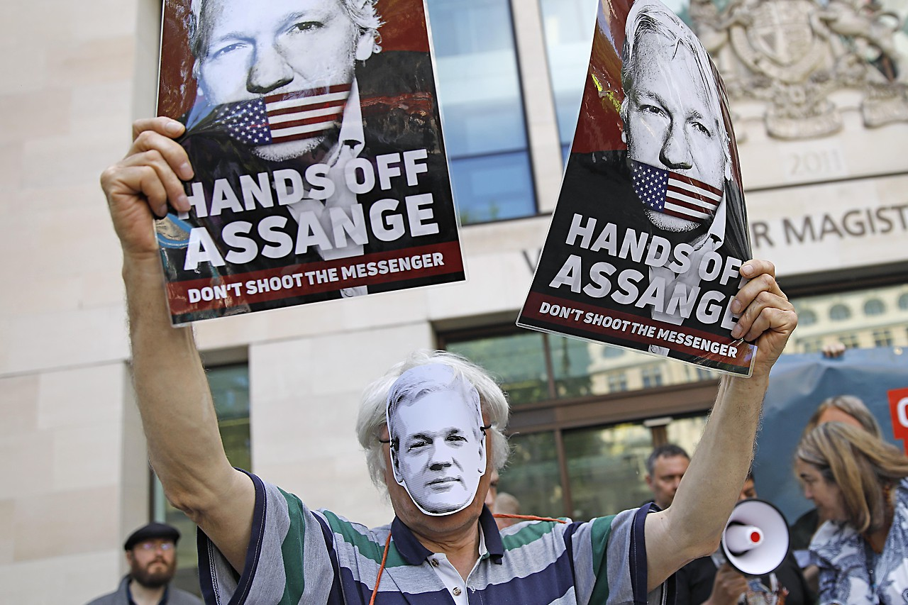 Julian assange sex charges
